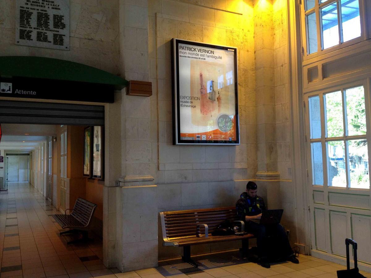 14. Mai 2014 Bahnhof von Saintes mit der Ausstellungsankündigung